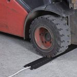 D-Line Drop-over Passe Câble Sol Rigide|DO-1B765|Goulotte Protection Convient aux Véhicules| Couvercle de Câble Robuste pour Usage Extérieur | Longeur 765mm, Cavité du Câble 38x12mm, Noir de la marque D-Line image 1 produit